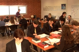 אנשי מקצוע שמחפשים ידע ויעילות מכל הבחינות של ניהול נרשמים לתוכניות הכשרה בקצב למידה אישי במכללה למינהל של האברד.