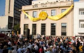 """Lokale ledere og embedsmænd talte til de tusind tilstedeværende og bød Scientologi livsforbedringscentret velkommen til Braamfontein-distriktet i Johannesburg. Centret vil give service til et multikulturelt samfund, der arbejder for at opfylde distriktets motto: """"Det sted, hvor folk hæver sig til storhed."""""""