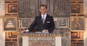 """I hans beskrivelse af Scientologi organisationernes positive virkninger på de samfund, de tjener, sagde David Miscavige: """"Tag denne ideelle organisation og brug den til alt det, den er beregnet til. I siger, at der findes stofmisbrug derude? Men nu har i altså de nødvendige midler til at få gang i en 'stoffri bevægelse,' der er langt mere effektiv end alt det, der spredes langs narkopushernes handelsveje."""""""