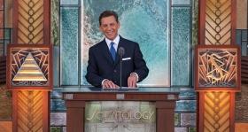 Dhr. David Miscavige, leider van de Scientology religie en voorzitter van de raad van het Religious Technology Center, trad op als ceremoniemeester bij de opening van de Scientology Kerk van Pasadena.