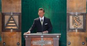Dhr. David Miscavige, kerkelijk leider van de Scientology religie en voorzitter van de raad van het Religious Technology Center, wijdde de nieuwe Scientology Kerk van de staat Washington in.