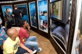 De som besøker besøker Scientologi sitt Livsforbedringssenter, tar selvguidet omvisning gjennom multimediadisplayer som illustrerer tro og praksis i Scientologi, livet og arven fra grunnleggeren L.Ron Hubbard og kirkens globale humanitære- og  samfunnsprogrammer.