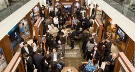 In het nieuwe Publieke Informatie Centrum, leren duizenden over de overtuigingen en praktijken van de Scientology religie, het leven van grondlegger L.Ron Hubbard, en de vele sociale verbeteringsprogramma's die door Scientology gesponsord worden.
