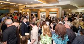 Scientologen en genodigden maakten een tour door het Publieke Informatie Centrum van de nieuwe kerk, met de daarbij behorende multimedia panels die de geloofsovertuigingen van Scientology en het leven van haar oprichter L. Ron Hubbard vertonen.