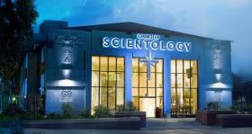La Iglesia de Scientology de Los Ángeles establecida en 1954 y la más grande en norteamérica, es un monumento de Hollywood en Sunset Boulevard y la calle de L. Ronald Hubbard Way.