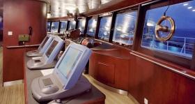 El puente completamente digital del Freewinds, con su moderno sistema de Radar Kelvin Hughes, y su ventana panorámica, permite una vista de 360 grados.