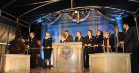 Las Vegas' medarbejdere og lokale scientologer, der stod i spidsen for bestræbelserne for at bygge den nye kirke, sluttede sig til David Miscavige for at klippe snoren over.