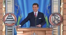 De heer David Miscavige, kerkelijke leider van de Scientology religie, was de ceremoniemeester tijdens de opening van de nieuwe kerk en opent de kerk voor een betere toekomst voor alle Scandinaviërs.