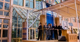 De heer David Miscavige trok het lint weg bij de officiële opening van de nieuwe Scientology Kerk van Malmö, samen met de algemeen directeur en gastsprekers.