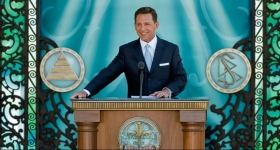 """David Miscavige, den kirkelige leder af Scientologi religionen, stod for indvielsen af Scientologi Kirken og Celebrity Center Nashville, hvor han sagde, at Nashville vil følge sin skæbne og """"skrive en sang, der vil glæde alle mennesker""""."""