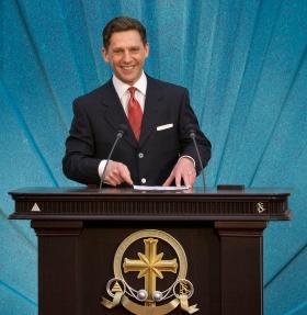 De heer David Miscavige, kerkelijk leider van de Scientology religie opende de deuren van de nieuwe Kerk in de Bay Area.