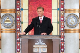 David Miscavige bestyrelsesformanden for Religious Technology Center og Scientologi religionens kirkelige leder stod for innvielsen av den nye Scientologi kirke for Cincinnati området.