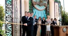 David Miscavige stod for at klippe snoren over og fik følgeskab af kirkens ledere og særlige gæster, da han åbnede dørene for alle til Nashvilles Scientologi kirke og Celebrity Center.