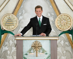 IL sig. David Miscavige, Presidente del Consiglio di Amministrazione del Religious Technology Center e leader ecclesiastico della religione di Scientology, ha presieduto l'inaugurazione con i funzionari locali della Chiesa.