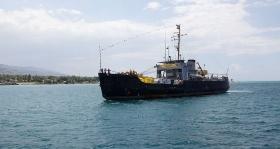 Navio patrocinado por Scientology chega ao Haiti com mais de 100 toneladas de carga para o esforço de socorro.