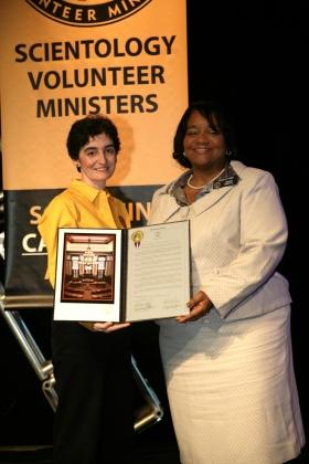 A Senadora do Estado de Geórgia, Donzella James, entregou aos Ministros Voluntários de Scientology a Resolução Estatal de Geórgia SR998