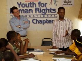Tim Bowles e Jay Yarsiah entregando uma palestra de direitos humanos na Libéria.
