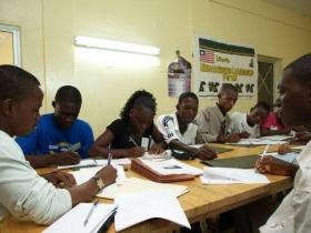 Tanulók dolgoznak Libériában.
