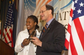 Az egyik győztes fiatal, Lai Lai, a rapper, megkapja a díjat Brad Sherman kongresszusi képviselőtől.