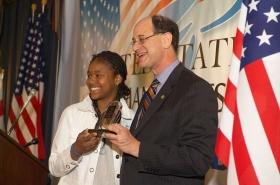 En av de vinnande ungdomarna, rapparen Lai Lai, mottar här sitt pris från kongressledamot Brad Sherman.