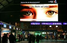 Pendler an Schweizer Bahnhöfen erfahren etwas über ihre Menschenrechte.
