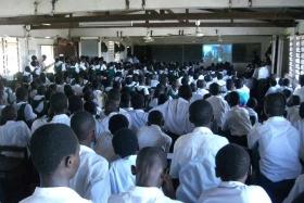 Estudantes de uma escola em Acra participam num workshop de educação em direitos humanos, realizado pela Divisão do Gana da Youth for Human Rights International, sendo o orador convidado, o diretor de Desenvolvimento Internacional da Youth for Human Rights.