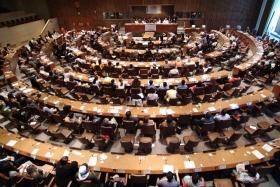 Делегаты из49стран присоединились кдипломатам иведущим правозащитникам вштаб-квартире ООН, чтобы наградить борцов заправа человека ипосмотреть премьеру 30роликов социальной рекламы, продвигающих Всеобщую декларацию прав человека.