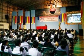 Internationella Ungdomar för mänskliga rättigheter presenterar en lektion i mänskliga rättigheter vid en lokal skola.