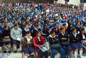Des jeunes de plusieurs nations sont sensibilisés par des programmes éducatifs sur les droits de l'Homme.