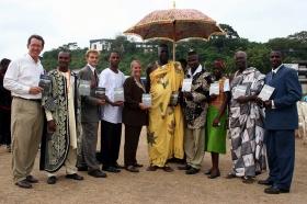 Chefer från internationella Ungdomar för mänskliga rättigheter tillsammans med kungen av Cape Coast och myndighetspersoner under den globala informationsturnén 2005.