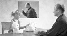 Het kind beeldt de situatie uit met poppen…