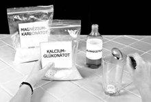 1. Tegyünk egy csapott evőkanál (15 ml) kalcium-glükonátot egy normál méretű pohárba. Mérőkanalat használjunk, ne evőeszközt.