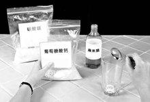 1.將一湯匙的葡萄糖酸鈣(15毫升)放入適當大小的玻璃杯中。 使用測量用而不是用餐的湯匙。