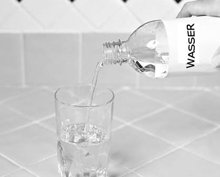 6. Füllen Sie das Glas mit lauwarmem oder kaltem Wasser auf.