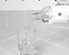 6. ぬるま湯または冷水を、コップの残りが一杯になるまで足します。