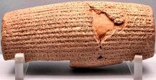 Kürosz emberi jogokkal kapcsolatos rendeleteit egy agyaghengerre jegyezték fel akkád nyelven.