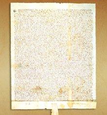"""Magna Charta, eller """"Det Store Dokument"""", underskrevet af Kongen af England i 1215, var et vendepunkt i menneskerettighederne."""