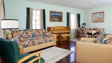 Sala de estar e de jantar na casa de L. Ron Hubbard em Phoenix, restaurada com todos os acessórios, tecidos e obras de arte tal como eram quando ele vivia aqui e conduzia a sua pesquisa sobre o espírito humano.