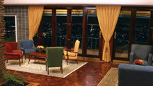 Vardagsrummet – fullt återställt med sitt ursprungliga exotiska trägolv och inredning – användes för möten där man planerade och programmerade aktiviteter i Sydafrika.