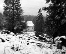 """Vista da cabana do Sr. Hubbard em Port Orchard, Washington, onde ele escreveu """"Excalibur"""", em 1938; fotografia por L. Ron Hubbard."""