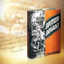 La primera edición de la novela de L.RonaldHubbard,  Buckskin Brigades,  publicada en julio de 1937.