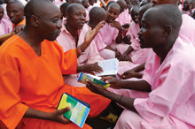 在盧安達的每個監獄,可明納是官方認可的計畫案,用來協助種族屠殺參與者重拾人生。今日,有超過八千位犯人已經完成了這個計畫案並且獲釋。