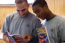 フロリダ州タンパの少年犯罪者たちは、L. ロン ハバードの発見に基づいたリハビリテーション・コースを受講しています。