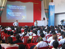 De mensen die het Narconon programma hebben voltooid, verenigde zich met hun vrienden en familie om door te gaan met een drugsvrij leven. landen.