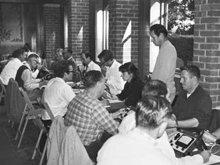 תלמידים באקדמיה של סיינטולוגיה לומדים טכניקות של אודיטינג–העיסוק המרכזי של כתביו של מרהאברד.