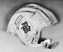 """O capacete de voo de L. Ron Hubbard que ostenta o carácter japonês para """"Boa Sorte""""."""
