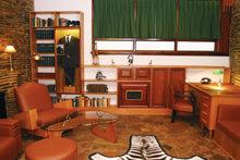 ハバード氏の書斎には、参考書、シマウマの敷物、アフリカの工芸品、彼が南アフリカで使った映画撮影用カメラなどが置かれています。
