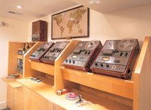 En restaureret bånd-duplikeringslinje i kælderen, som husede det første Scientologi distributionscenter, der leverede L. Ron Hubbards bøger og foredrag til kirker og kontorer på fem kontinenter.