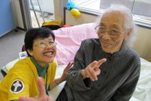 A Volunteer Minister helped a 102-year-old grandmother with a Scientology assist at a facility for the elderly in Ishinomaki, Japan.