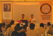 Scientology Pastorale Werkers Pablo en Jean-Paul die een boodschap uit het internationale hoofdkwartier voorlezen.